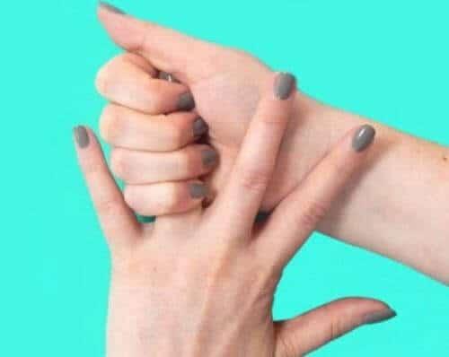 Tê ngón tay út có nguyên nhân do đâu và có biến chứng gì không