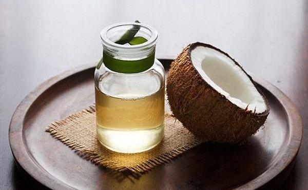 Mát xa da đầu với dầu dừa để giảm bớt các triệu chứng của gàu như ngứa, hay bong chóc da đầu.